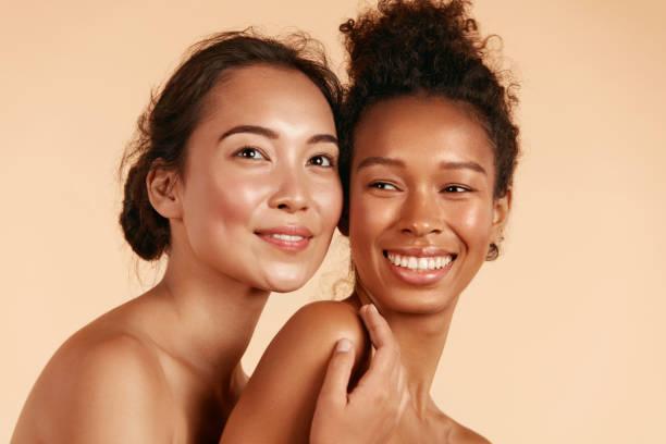 beleza. mulheres sorridentes com pele perfeita do rosto e retrato de maquiagem - condição natural - fotografias e filmes do acervo