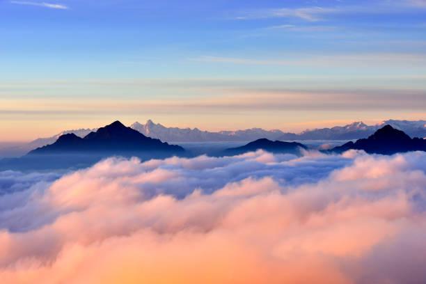 skönhet snötäckta berg på sunrise (nötkreatur back mountain) - pink sunrise bildbanksfoton och bilder
