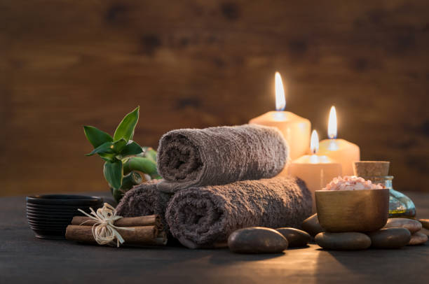 beauty spa treatment with candles - massaggio foto e immagini stock