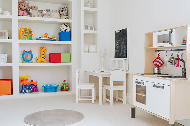 schönheit spielzeug für kinder im zimmer - tafel schlafzimmer stock-fotos und bilder