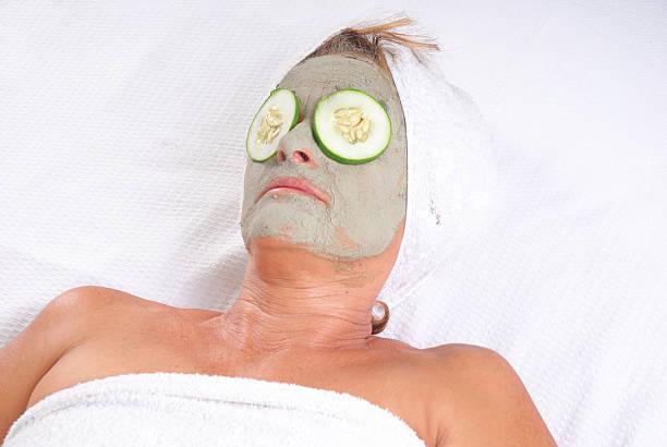 kosmetische behandlung - gurkenmaske stock-fotos und bilder