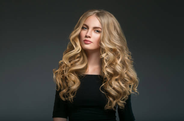 beauty woman face portrait schöne spa modell mädchen mit perfekten frisch gereinigte haut. shampoo haar lockig lange schönheit. - dauerwelle stock-fotos und bilder