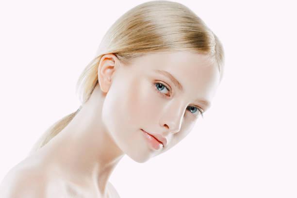 beauty woman face porträt hautnah. schönes model mädchen mit perfekten frisch gereinigte haut. - lustige augenbrauen stock-fotos und bilder