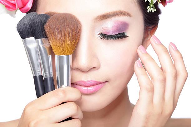 schönheit frau gesicht mit professionelles make-up - lila augen make up stock-fotos und bilder