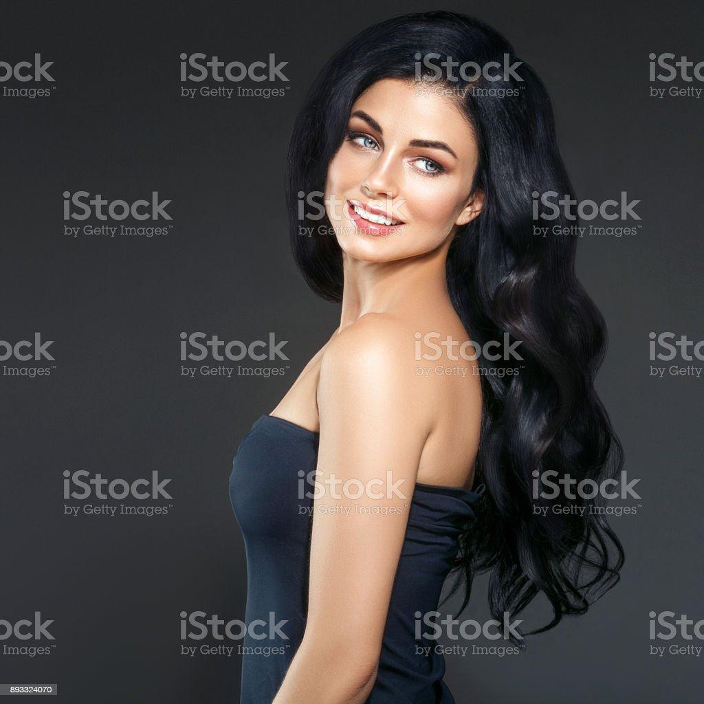 Pelo negro largo de mujer de belleza. Modelo de Spa hermosa chica con la  piel a6cf19cafab8