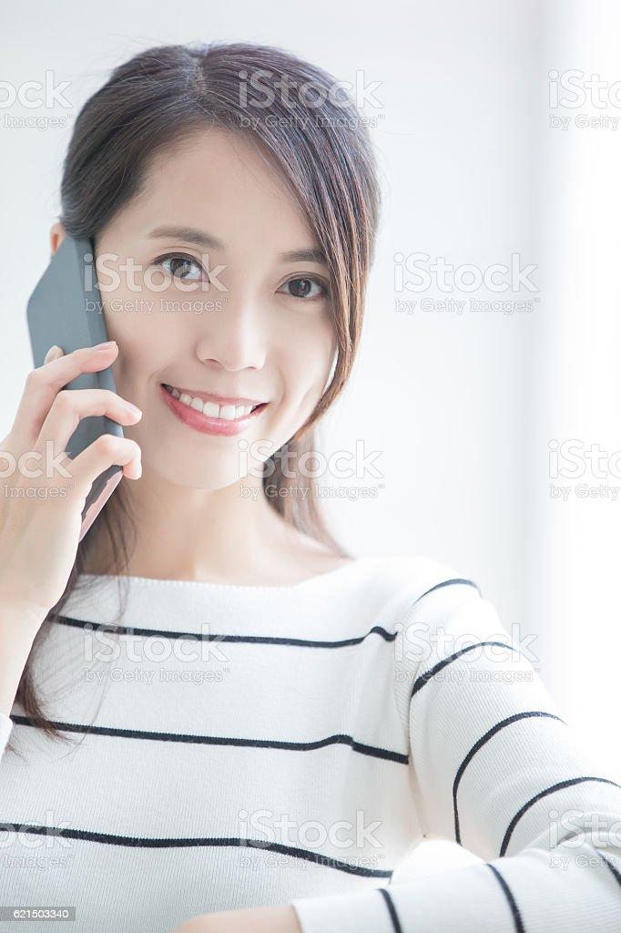 beauty woman talk on phone photo libre de droits