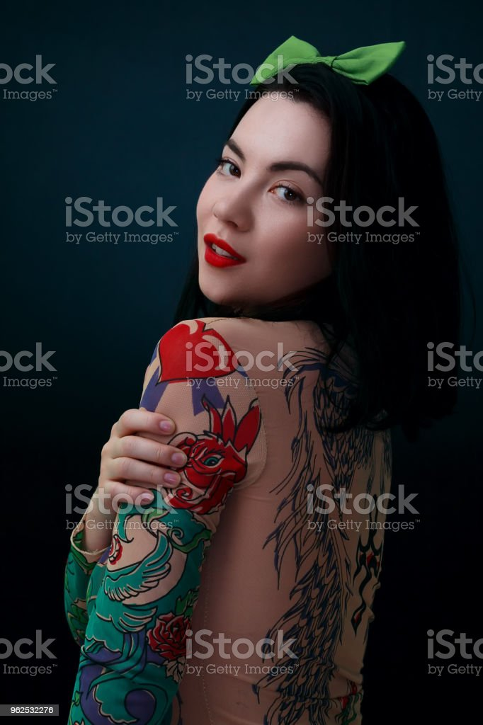 Mulher de beleza vestindo camisa tatuagem e arco verde na cabeça - Foto de stock de Adulto royalty-free