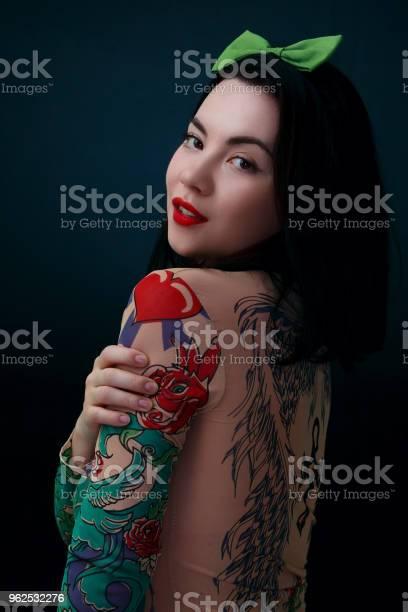 Foto de Mulher De Beleza Vestindo Camisa Tatuagem E Arco Verde Na Cabeça e mais fotos de stock de Adulto