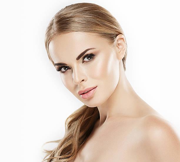 schönheit frau mit blond haut-haarpflege porträt - frisuren für schulterlanges haar stock-fotos und bilder