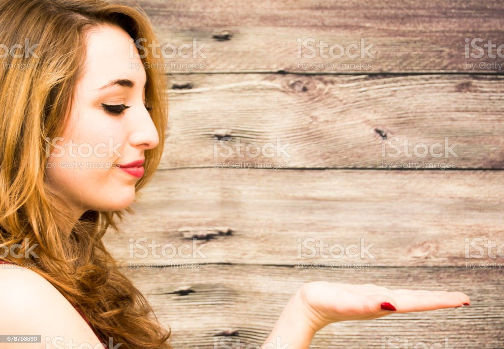 Beauty Woman with her open hand over Wooden Background photo libre de droits