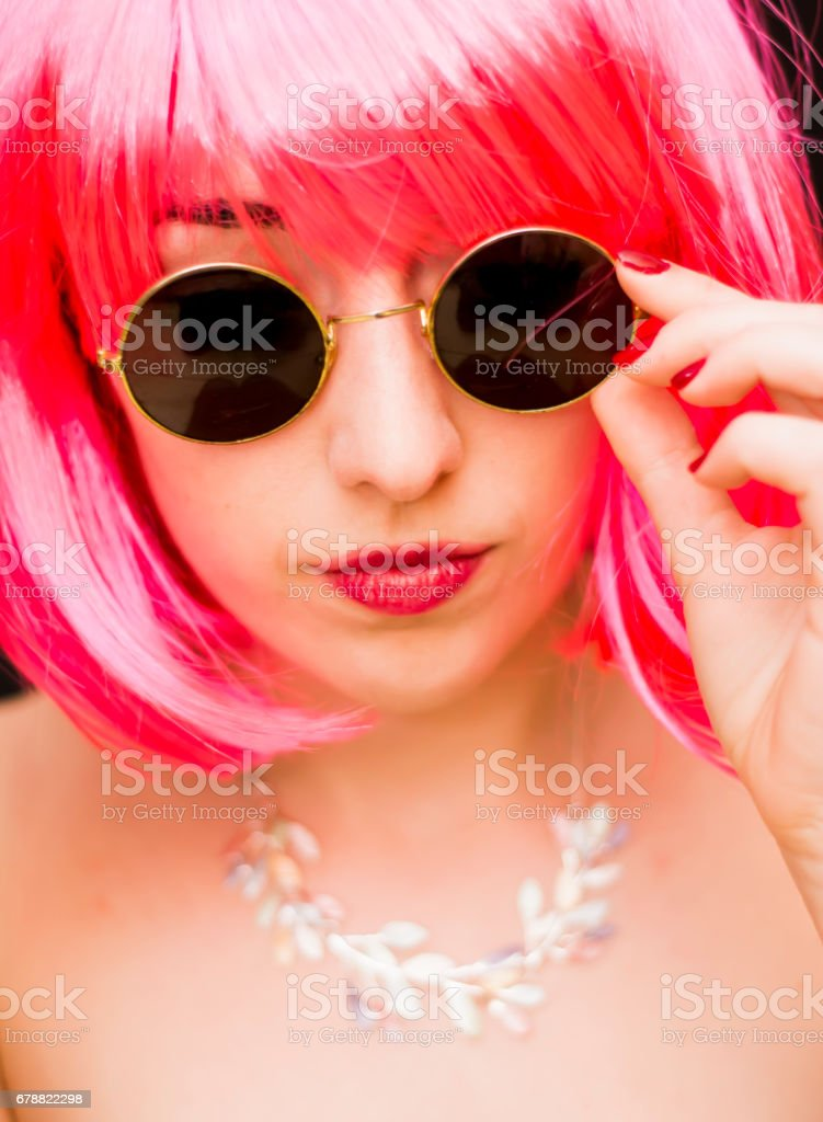 Beauty Woman With Pink Wig And Sunglasses Over Black Background photo libre de droits