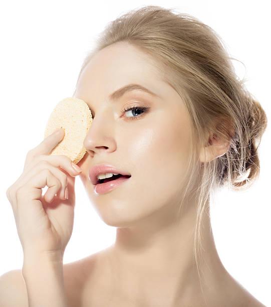 Mujer de belleza con esponja - foto de stock