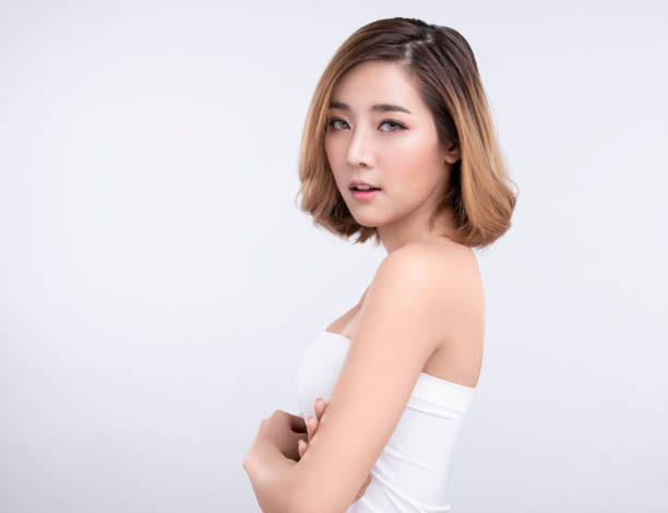 Schönheit Junge asiatische Frau mit perfekter Gesichtshaut. Gesten für Werbung Behandlung Spa und Kosmetologie. – Foto