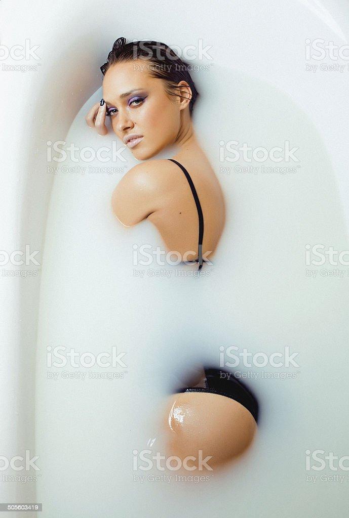 Bellezza giovane brunette ragazze in bagno lassunzione di - Ragazze spiate in bagno ...