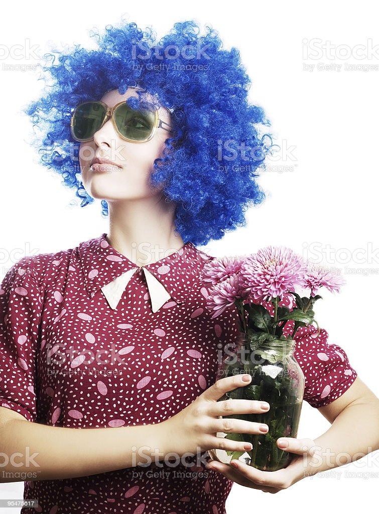 Belleza de una mujer joven con flores peluca azul foto de stock libre de derechos
