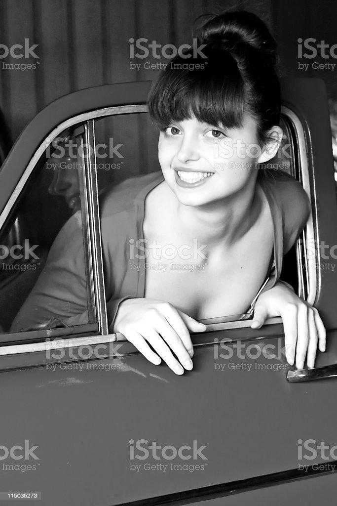 Belleza mujer joven con coche foto de stock libre de derechos