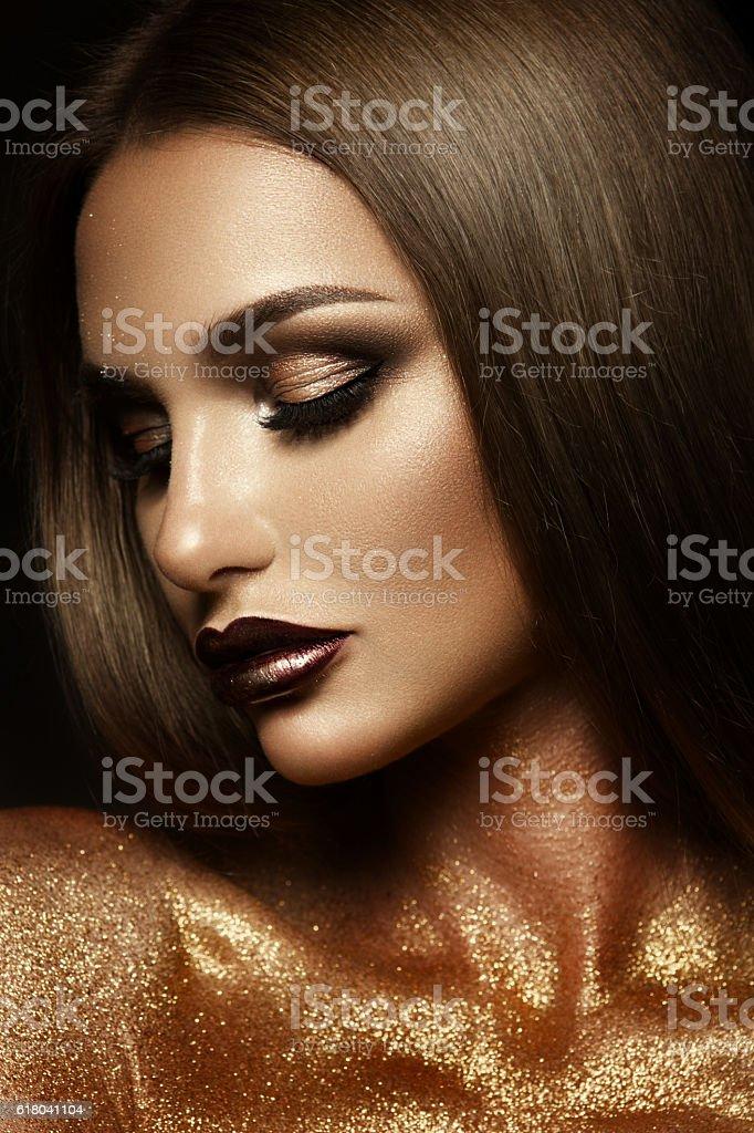Beautyful menina com brilho no rosto dela ouro - foto de acervo