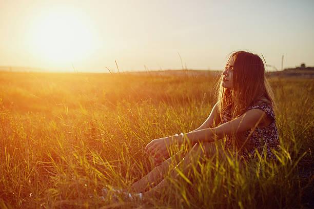 beautyful teenage model girl outdoors enjoying nature - luftfilter stock-fotos und bilder