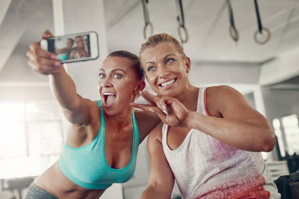 omdat gym selfies niet optioneel - call center stockfoto's en -beelden