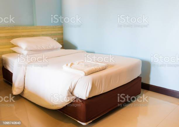 Bed and bedspread pillow white in in bedroom picture id1095740540?b=1&k=6&m=1095740540&s=612x612&h=315mjxsjij 2hpcwdmsrtoqza7xl3pcmc6ibopnat9i=