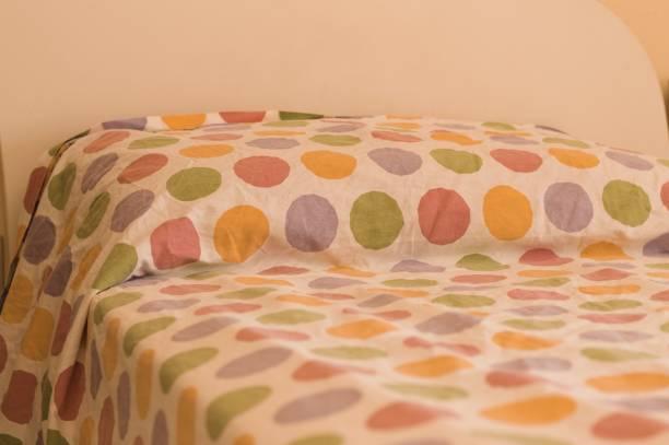 bett und kissen mit farbigen pois (pesaro, italien, europa) - lila, grün, schlafzimmer stock-fotos und bilder