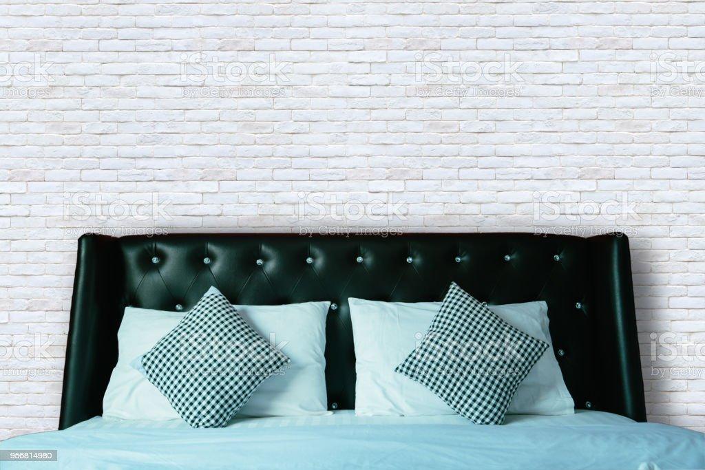 Bett Und Die Kissen In Modernen Schlafzimmer Weisse Ziegel Wand