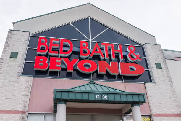 Bed Bath and Beyond store facade in red Bed Bath and Beyond store facade in red bathtub stock pictures, royalty-free photos & images