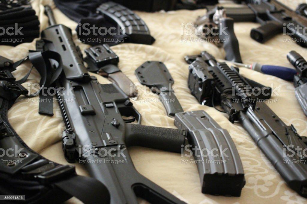 Lit plein d'armes à feu - Photo