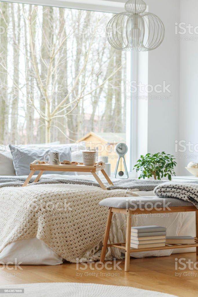 Cama no interior do quarto - Foto de stock de Almofada royalty-free