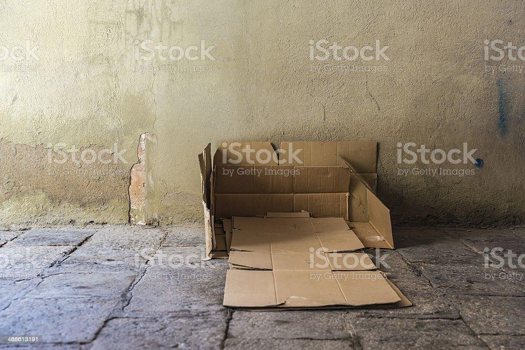 ベッドのカートンのホームレスの男性は、 ストックフォト