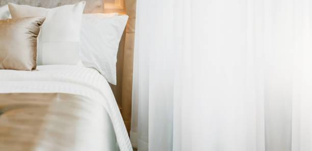 Bettmädchen mit sauberen weißen Kissen und Bettwäsche im Schönheitsschlafzimmer. Nahaufnahme. Innenhintergrund – Foto