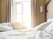 ピロートップマットレスと枕で整えたベッドの乱れ朝のベッドルーム
