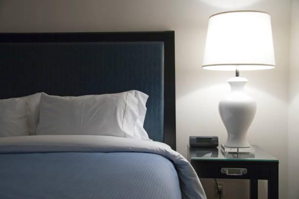 moderne hotel-bett - nachttischleuchte stock-fotos und bilder