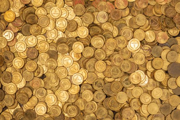 Bett aus kleinen goldenen Münzen – Foto