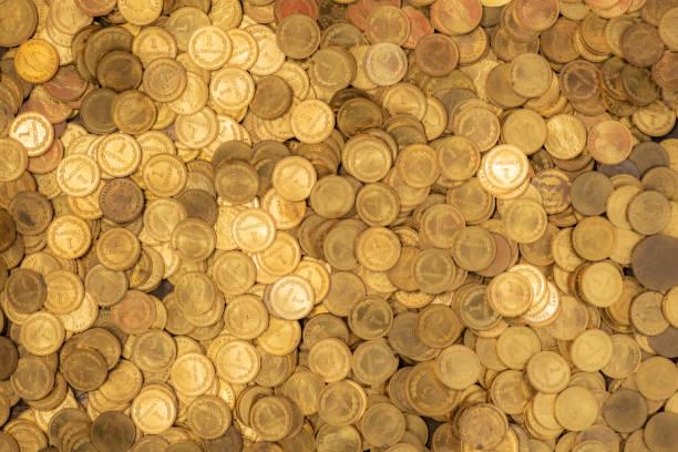 Bett aus kleinen goldenen Münzen mit märchenhaftem Heiligenschein – Foto