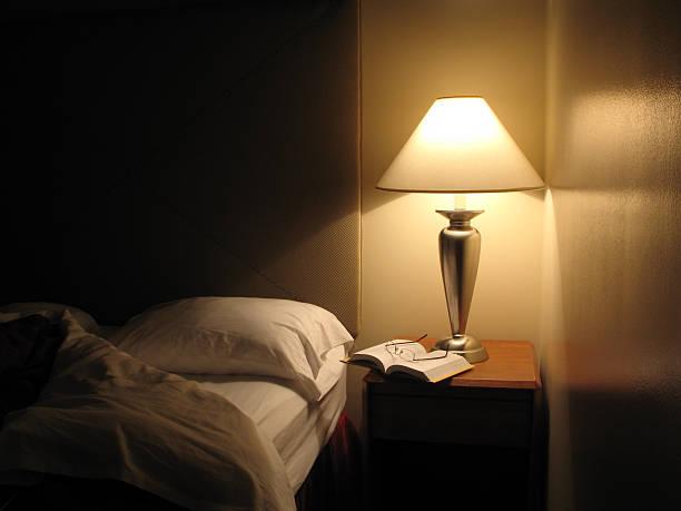 bett in hotelzimmer abgelehnt - nachttischleuchte stock-fotos und bilder