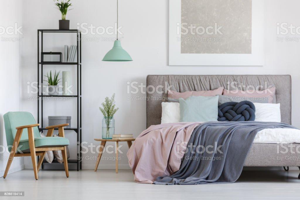 Bett mit Pastell Bettwäsche Lizenzfreies stock-foto