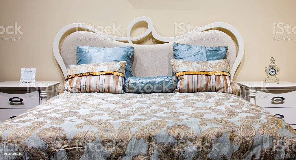 Bett mit dem Dekor im Schlafzimmer – Foto