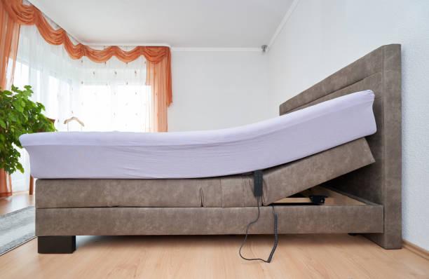bett mit neigungseinstellung matratzenbett im schlafzimmer des hauses, bequeme matratze und schlaf - verstellbar stock-fotos und bilder