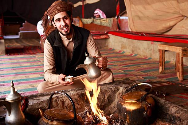 bédouin homme servant café - jordan photos et images de collection