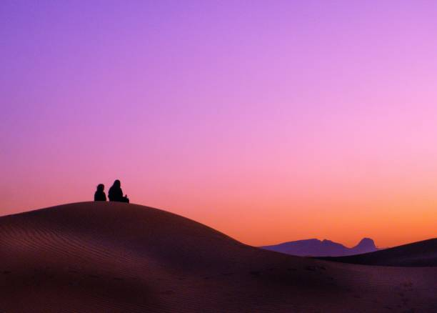 Beduinen beobachten den Sonnenaufgang – Foto
