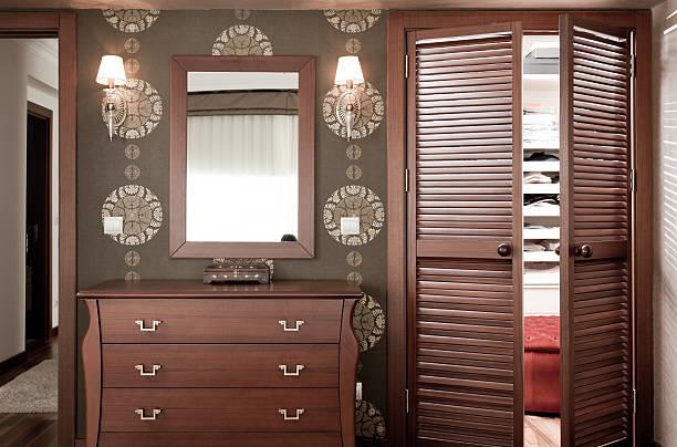 schlafzimmer und ankleidebereich - dielenkommoden stock-fotos und bilder