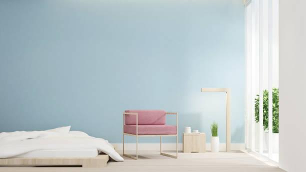 schlafzimmer und rosa stuhl auf wohnbereich design raum für kunstwerke. schlaf- und wohnbereich im hellen blauen wand schmücken und leerer raum für hinzufügen nachricht kunstwerk. 3d-rendering. - hellblaues zimmer stock-fotos und bilder