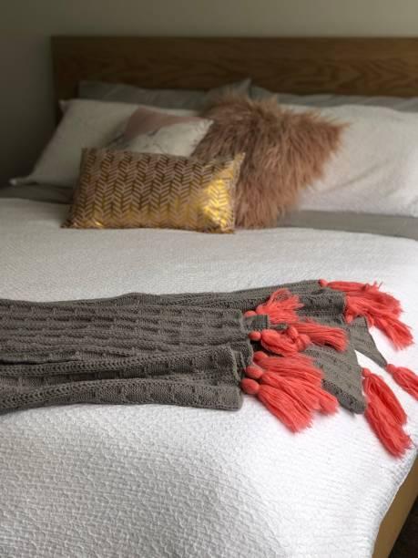 schlafzimmer dekor details - paletten kopfbrett stock-fotos und bilder