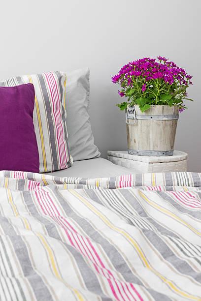 schlafzimmer mit lila blumen - lila, grün, schlafzimmer stock-fotos und bilder