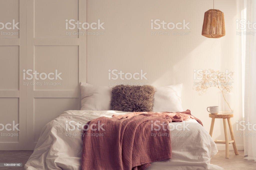 Idée De Design Chambre à Coucher Avec Lit King Size Avec Coussin Fourrure  Et Couverture Rose