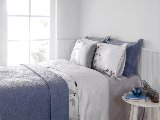 detail im schlafzimmer - moderner dekor für ferienhaus stock-fotos und bilder