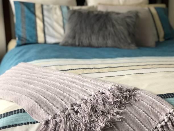 schlafzimmerdetails - paletten kopfbrett stock-fotos und bilder
