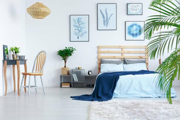 schlafzimmer in apartment - paletten kopfbrett stock-fotos und bilder
