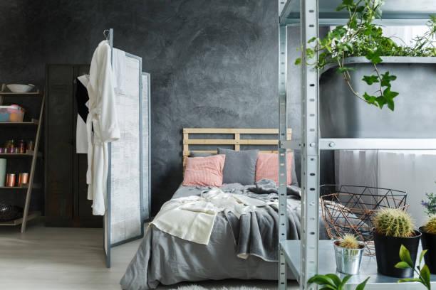 schlafzimmer im dachboden - paletten kopfbrett stock-fotos und bilder